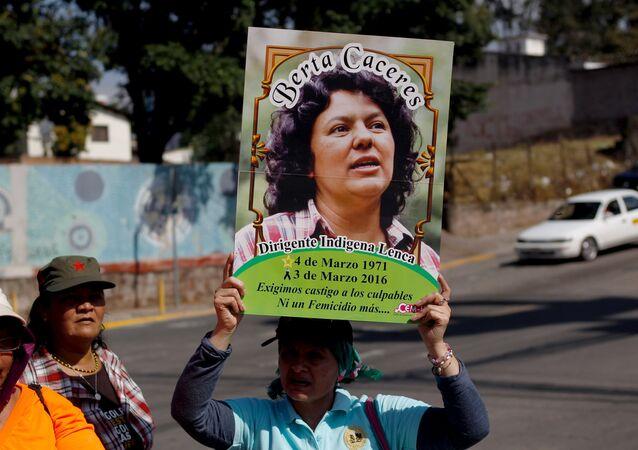 Una activista con la imagen de Berta Cáceres