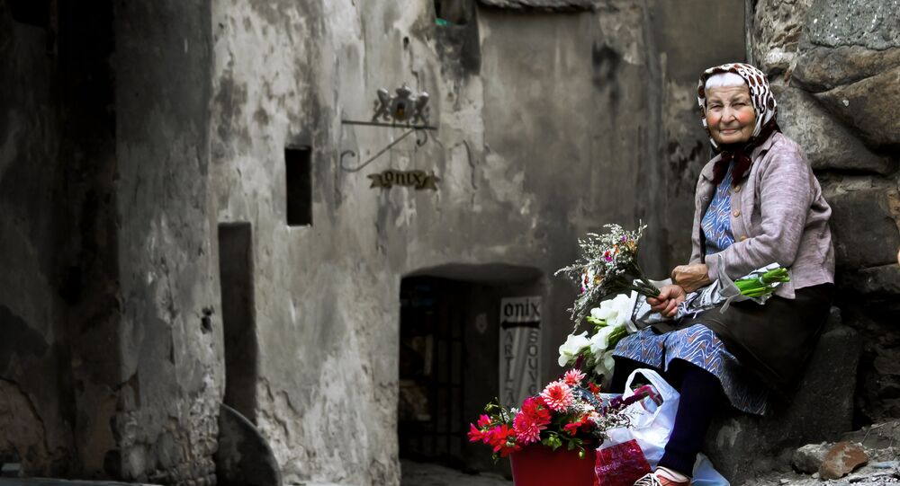 Una mujer vende flores