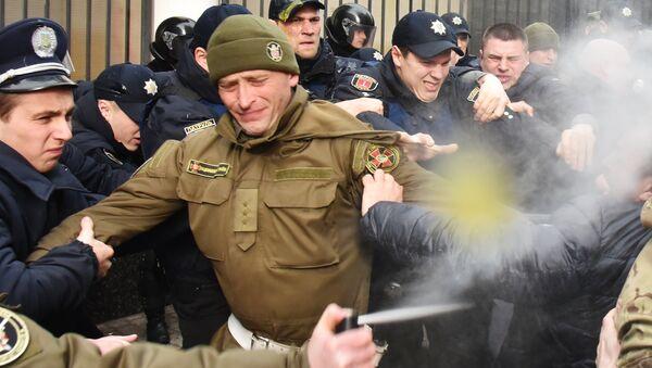 El enfrentamiento de los manifestantes en apoyo a Sávchenko contra las fuerzas policiales cerca del Consulado General de Rusia en Odesa - Sputnik Mundo