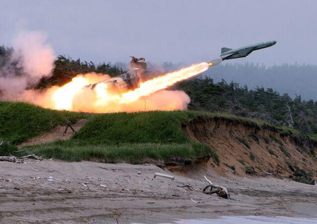 Lanzamiento de un misil antibuque Rubezh