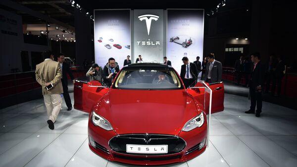 Un automóvil eléctrico Tesla - Sputnik Mundo