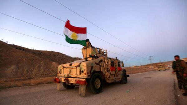 Carro blindado kurdo con la bandera de Kurdistán iraquí - Sputnik Mundo