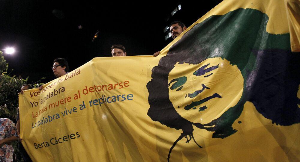 Activistas con una imagen de Berta Cáceres