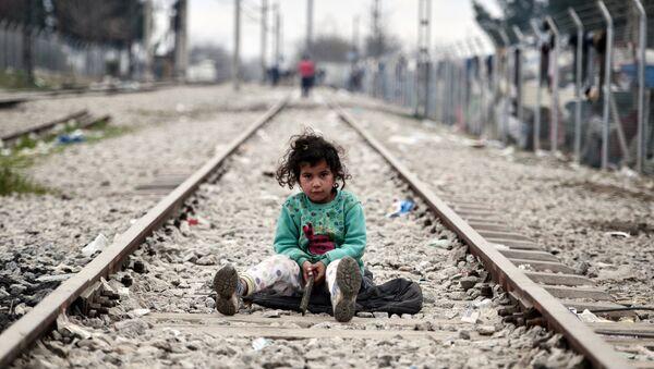 Una niña migrante en la frontera entre Grecia y Macedonia - Sputnik Mundo