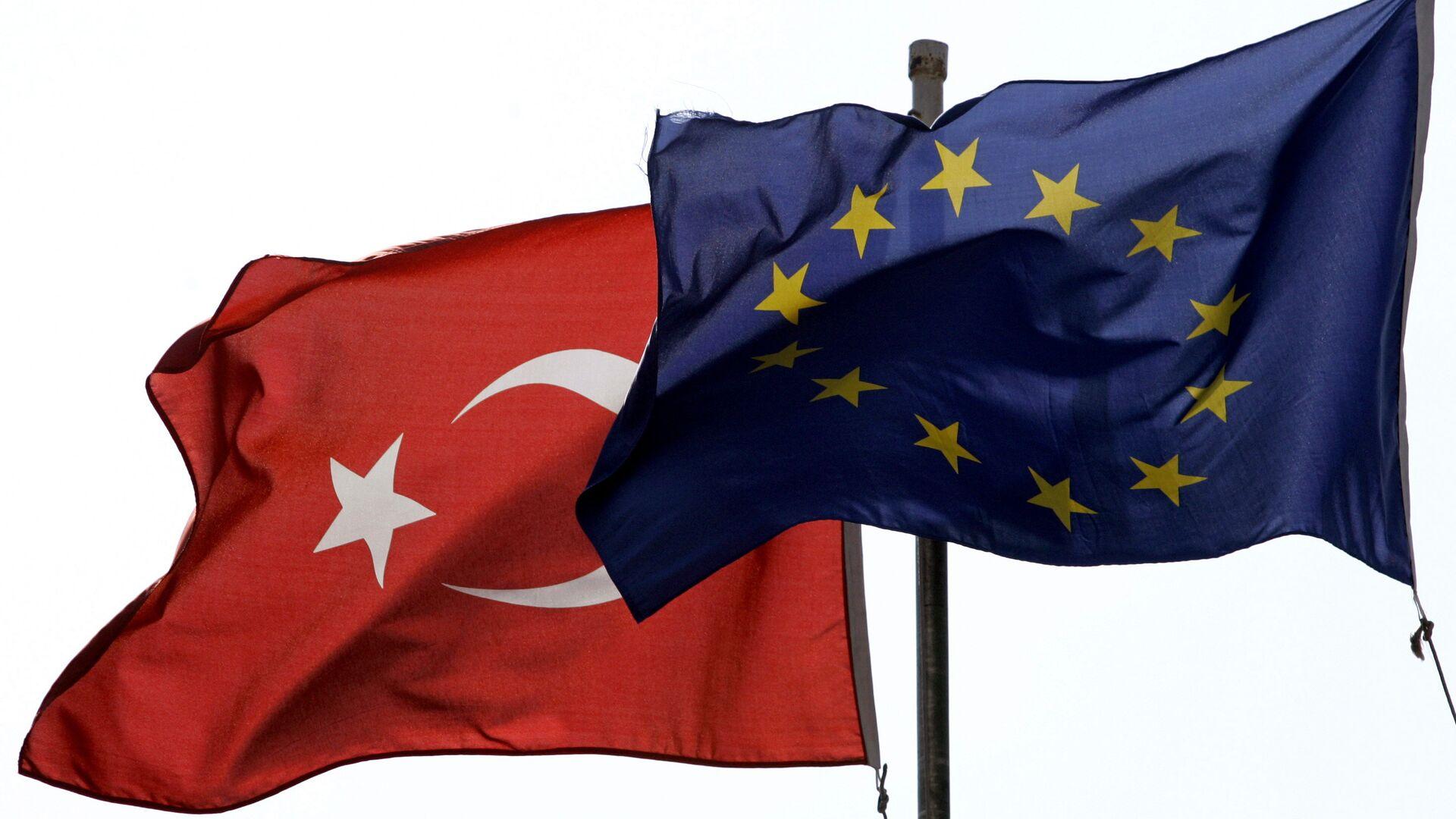 Las banderas de la UE y Turquía - Sputnik Mundo, 1920, 25.06.2021