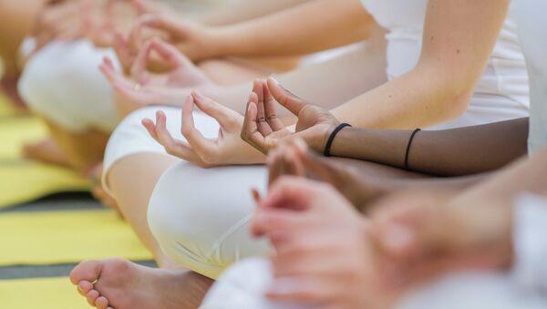 Practicantes de yoga - Sputnik Mundo