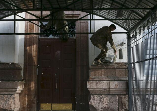 Un manifestante ucraniano cerca de la embajada rusa en Kiev
