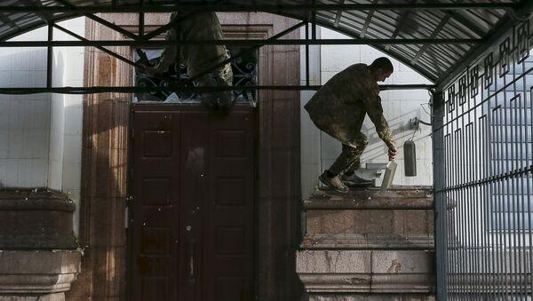 Un manifestante ucraniano cerca de la embajada rusa en Kiev - Sputnik Mundo