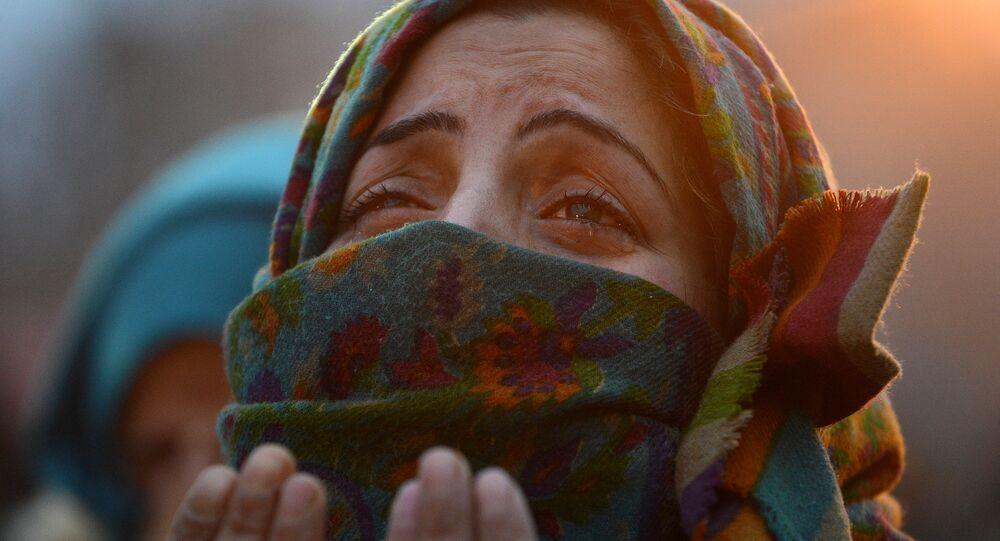 Una mujer musulmana rezando