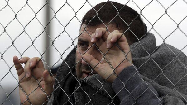 Un refugiado en Grecia - Sputnik Mundo