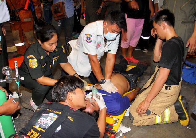 Socorristas tailandeses ayudan a un herido en un accidente en Bangkok