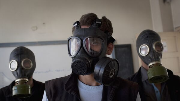 (FILES) - A file picture taken on September 15, 2013 shows volunteers wearing gas masks during a class on how to respond to a chemical attack, in the northern Syrian city of Aleppo on September 15, 2013. A source from the Organisation for the Prohibition of Chemical Weapons (OPCW) declared on November 5, 2015 - Sputnik Mundo