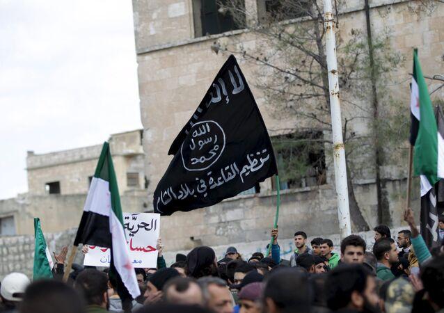 La bandera de Al Qaeda vista durante una manifestación antigubernamental en la provincia de Idlib en Siria (archivo)