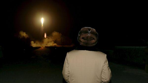 North Korean leader Kim Jong Un watches the ballistic rocket launch drill of the Strategic Force of the Korean People's Army (KPA) - Sputnik Mundo