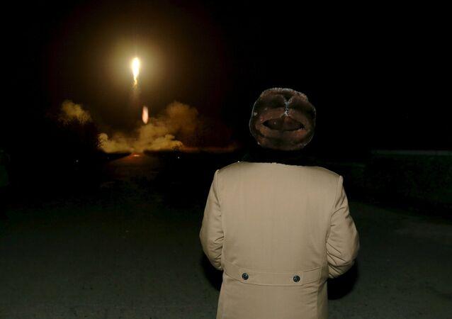 Kim Jong-un, líder de Corea del Norte, mira el lanzamiento de un misil