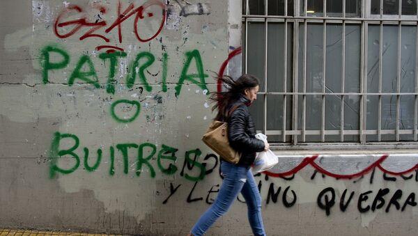 Un graffiti contra los fondos buitre en Buenos Aires (archivo) - Sputnik Mundo