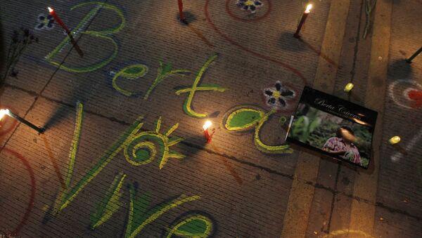 Las palabras Berta Vive escritas con tiza en honor a la activista de derechos ambientales Berta Cáceres, asesinada durante en 2016 - Sputnik Mundo