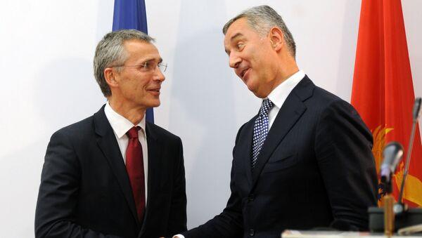 Secretario general de la OTAN, Jens Stoltenberg, y primer ministro de Montenegro, Milo Djukanovic - Sputnik Mundo