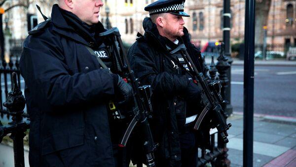 Armed British police officers - Sputnik Mundo