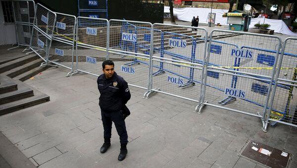 Un policía en el lugar del atentado en Ankara - Sputnik Mundo