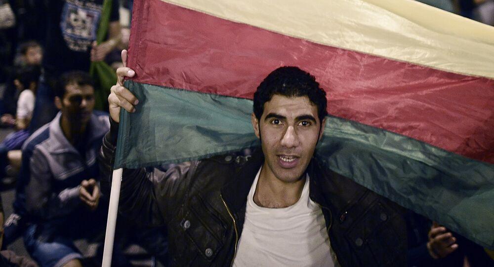 Hombre con una bandera de la PYD