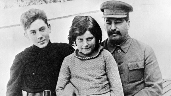 Stalin con sus hijos, Svetlana (la madre de Chrese Evans) y Vasili - Sputnik Mundo