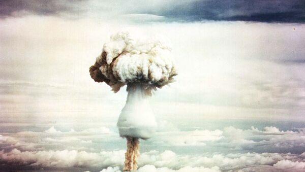 Nube de hongo tras la explosión de una bomba nuclear (imagen referencial) - Sputnik Mundo
