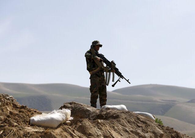 El soldado del Ejército afgano patrulla Dand Ghori, el distrito de Baghlan