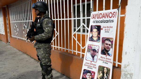 Pancarta con las imágenes de los jovenes desaparecidos en Tierra Blanca, México - Sputnik Mundo