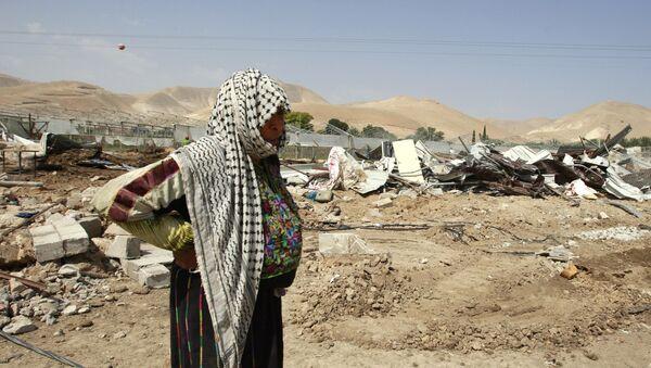 Mujer palestina cerca de su casa destruida por el ejercito israelí en la ciudad de Jericó - Sputnik Mundo