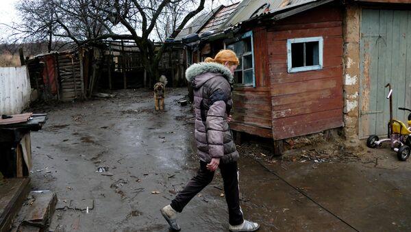 Una mujer en la región de Donetsk - Sputnik Mundo