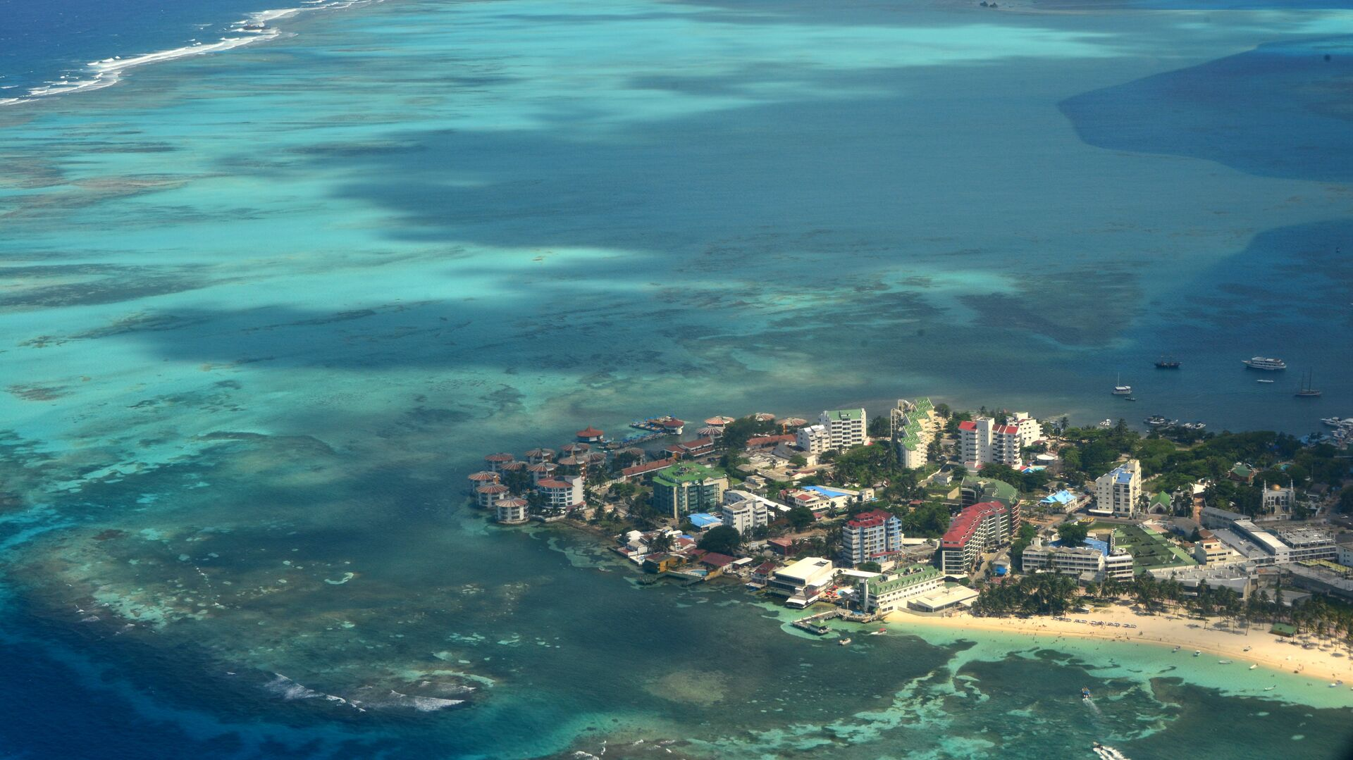 Aereal view of San Andres Island, Colombia on September 5, 2013.  - Sputnik Mundo, 1920, 14.09.2021
