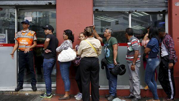 Venezolanos guardan turno frente a supermercado (archivo) - Sputnik Mundo