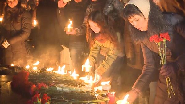 La gente de Rusia rinde homenaje a las víctimas del avión FlyDubai - Sputnik Mundo