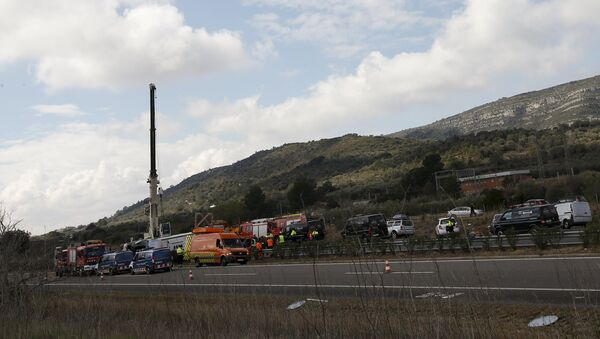 Emergency and rescue teams work at the scene of a traffic accident in Freginals, Spain - Sputnik Mundo