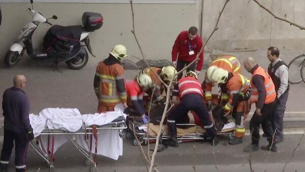 Soccoristas belgas ayudan a la víctima del ataque terrorista en el metro de Bruselas - Sputnik Mundo