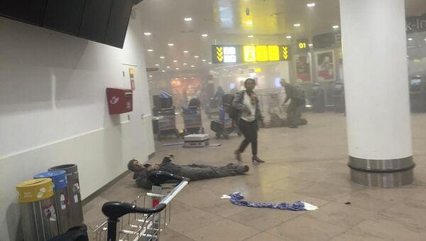 La gente en el lugar del atentado en el aeropuerto de Bruselas - Sputnik Mundo