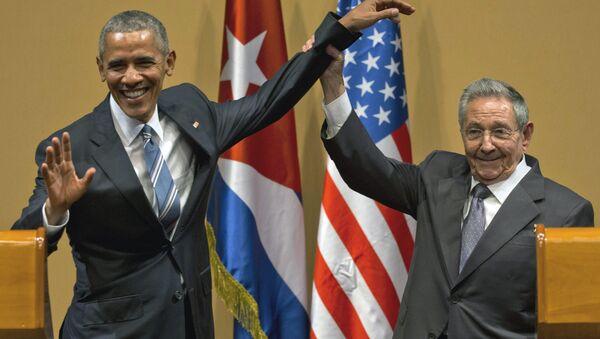 Raúl Castro, presidente cubano, levanta la mano de Barack Obama, presidente de EEUU - Sputnik Mundo