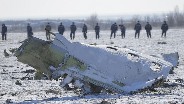 Emergencies Ministry members work at the crash site of a Boeing 737-800 Flight FZ981 operated by Dubai-based budget carrier Flydubai, at the airport of Rostov-On-Don - Sputnik Mundo