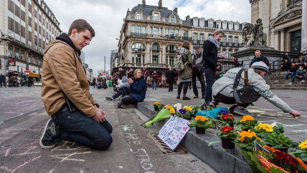 Flores en homenaje a las víctimas de los atentados en Bruselas - Sputnik Mundo
