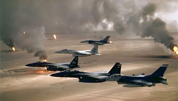 Aviones de la Fuerza Aérea de los Estados Unidos vuelan sobre Kuwait durante la Operación Tormenta del Desierto en 1991. - Sputnik Mundo