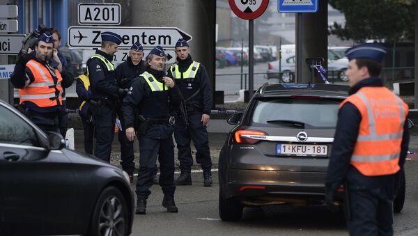 La policía belga cerca del aeropuerto de Zaventem, el 23 de marzo de 2016 - Sputnik Mundo