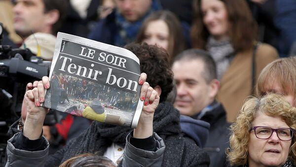 Un periódico que llama a Aguantar es usado como un cartel durante el minuto de silencio en Bruselas - Sputnik Mundo