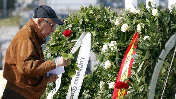 Un hombre rinde homenaje a las víctimas del vuelo de Germanwings Barcelona-Düsseldorf - Sputnik Mundo