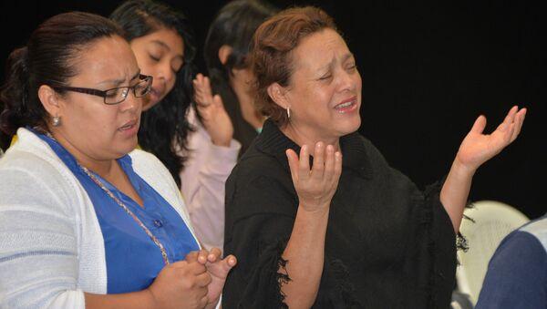 Mujeres rezando - Sputnik Mundo