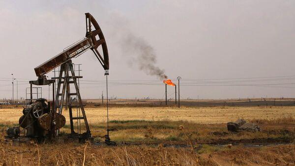 La extracción de petróleo en el noreste de Siria - Sputnik Mundo