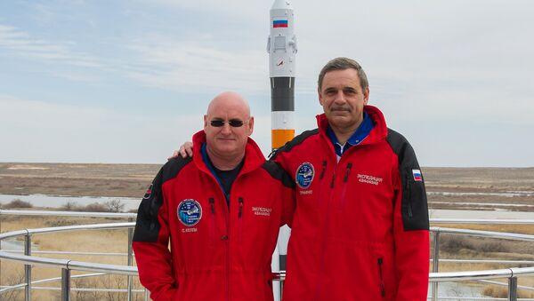 Los astronautas Scott Kelly y Mijaíl Kornienko - Sputnik Mundo