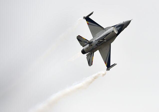 Un caza F-16
