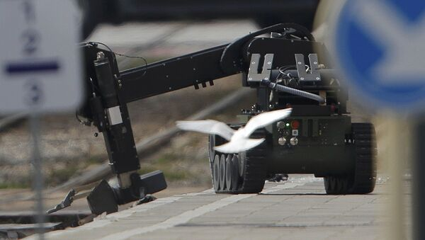 Un robot antiminas usado en la operación policial en Schaerbeek - Sputnik Mundo