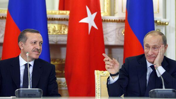 Vladímir Putin hace un gesto hacia Recep Tayyip Erdogan (archivo) - Sputnik Mundo